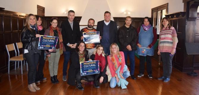 El Municipio entregó el Pasaporte Cultural Musical Estudiantil a directivos de escuelas
